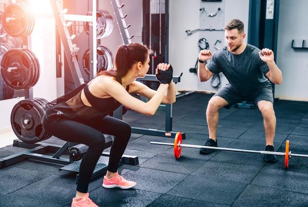 Modèle de remise en forme athlétique jeune femme faisant des exercices de squats