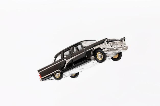Modèle rétro de voiture jouet volant sur fond blanc