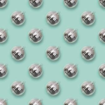 Modèle sans couture de boule disco de noël sur la menthe au néon