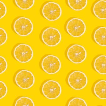 Modèle sans couture de citron sur fond jaune.
