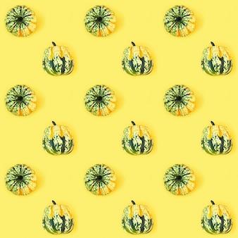 Modèle sans couture créatif avec de petites citrouilles rondes
