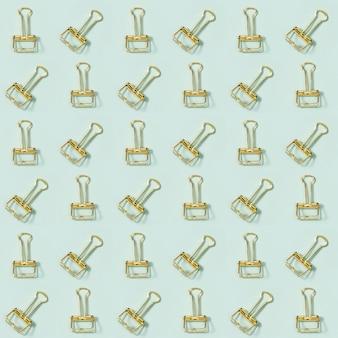 Modèle sans couture créatif avec des trombones dorés