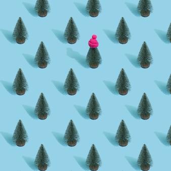 Modèle sans couture de noël fait avec des arbres de noël sur bleu.