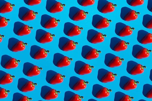 Modèle sans couture de poivron rouge avec des ombres profondes noir foncé