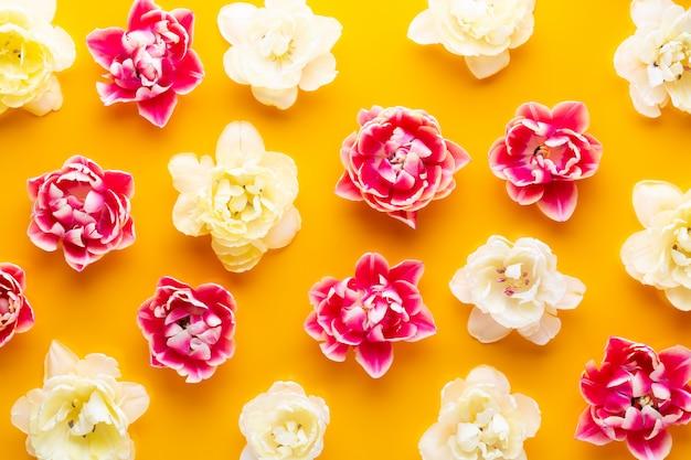 Modèle sans couture de printemps tulipes roses sur jaune. style vintage rétro.