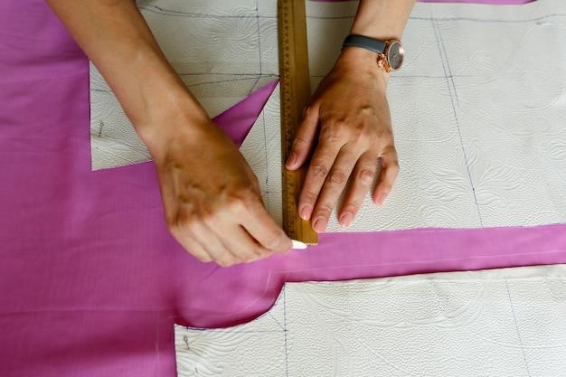 Modèle de savon de cercles de couturière sur le tissu dans la règle