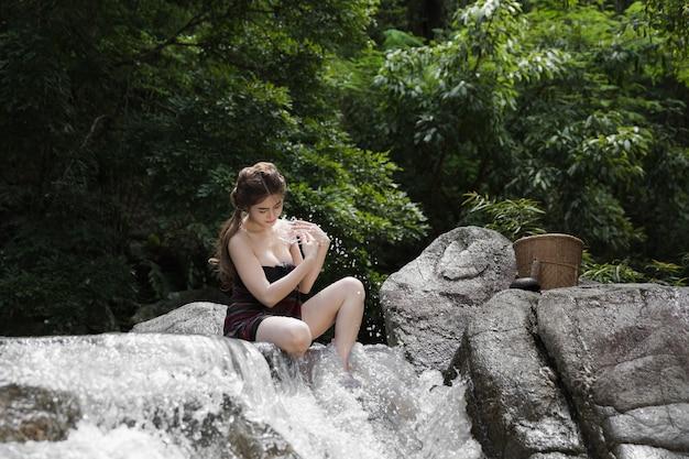 Modèle Sexy Thaïlandais Dans Le Walterfall Photo Premium