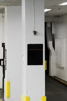 Modèle de signe sur la colonne dans le garage