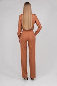 Modèle slim aux cheveux longs en combinaison corail.