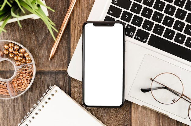 Modèle de smartphone de la vue de dessus sur l'espace de travail