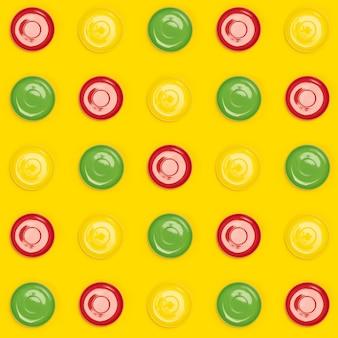 Modèle de soucoupes assiettes colorées sur jaune
