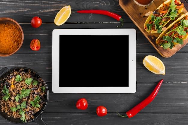 Modèle de tablette plat laïque avec de la nourriture mexicaine
