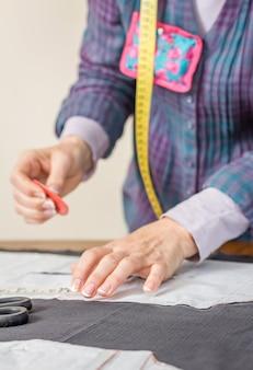 Modèle de tailleur de conception de couturière sur la table