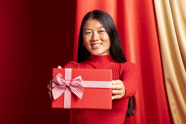 Modèle tenant une boîte cadeau pour le nouvel an chinois