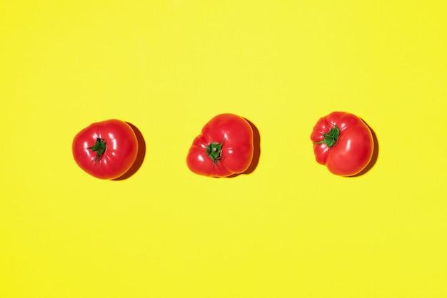 Modèle de tomates rouges sur fond jaune