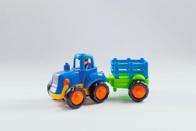 Modèle de tracteur avec la remorque sur un blanc