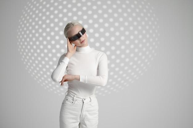 Modèle en vêtements blancs et lunettes futuristes