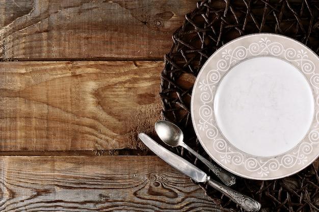 Modèle vierge pour assiette de composition alimentaire, couteau et cuillère