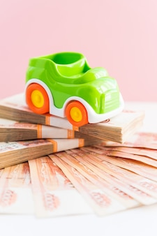 Modèle de voiture de jouet et des paquets de factures