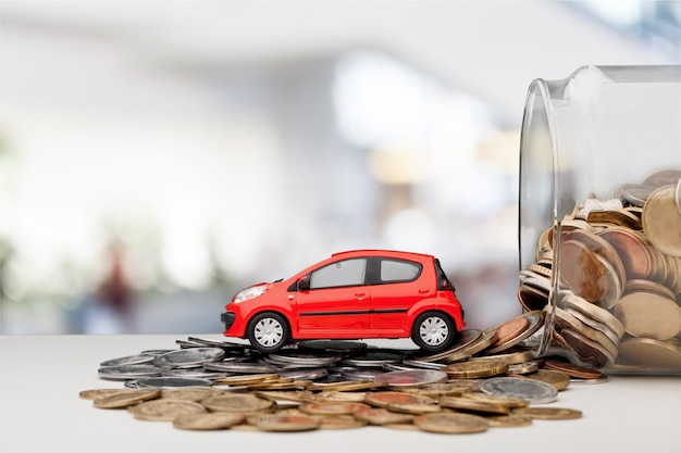 Modèle de voiture miniature et état financier avec pièces de monnaie. financement et crédit auto,