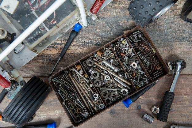 Modèle de voiture radiocommandé avec outils pour réparer les modèles de buggy rc