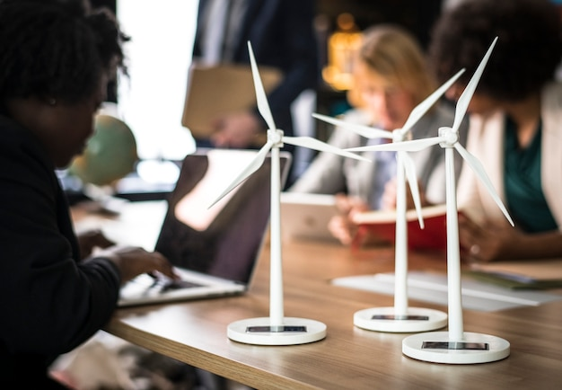 Modèles d'éoliennes sur une table de réunion