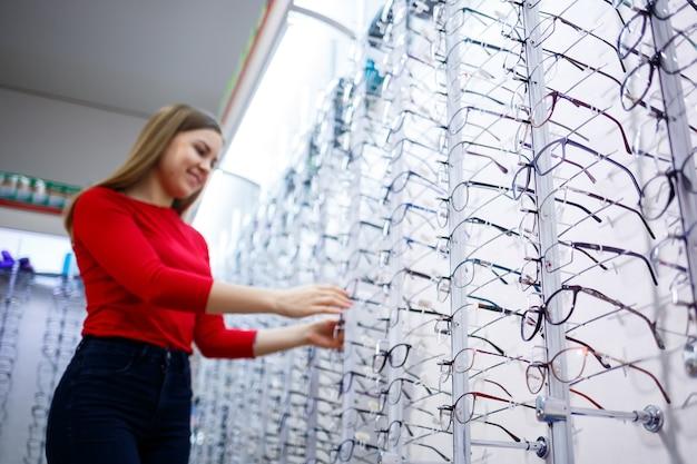 Modèles féminins lunettes ophtalmiques avec dioptries. correction de la vue. magasin d'optique et de lentilles pour le traitement de la vision