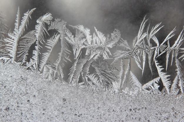 Modèles de glace d'hiver sur la fenêtre