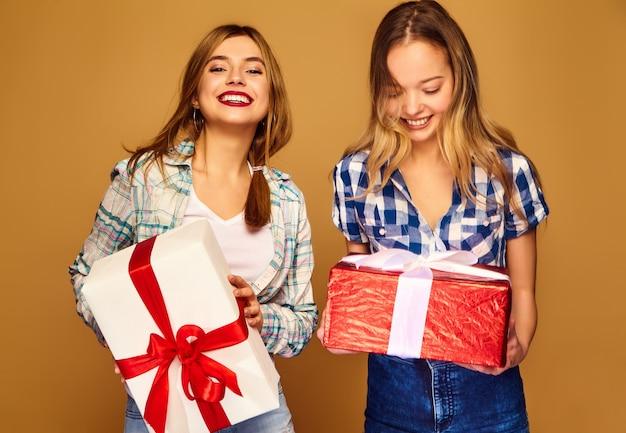 Modèles avec de grandes boîtes-cadeaux posant