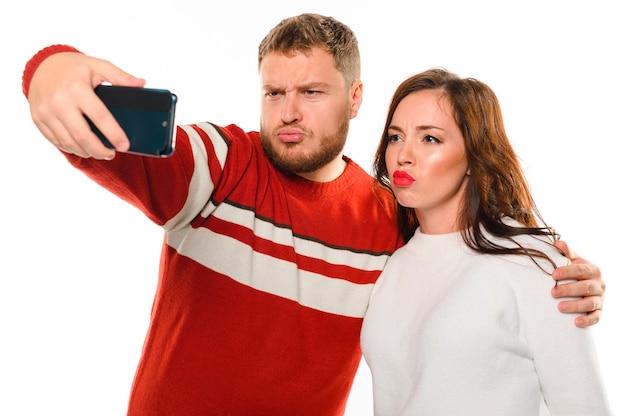 Modèles d'hiver prenant un selfie