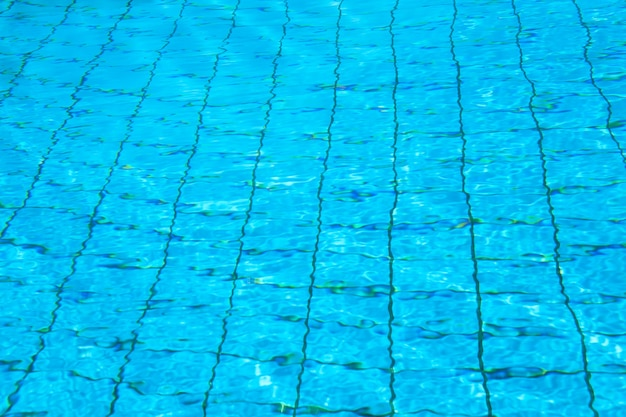 Modèles de la lumière du soleil sur une surface de l'eau de piscine
