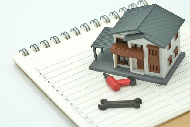 Modèles de maison et modèles d'équipement placés sur un classement de livre