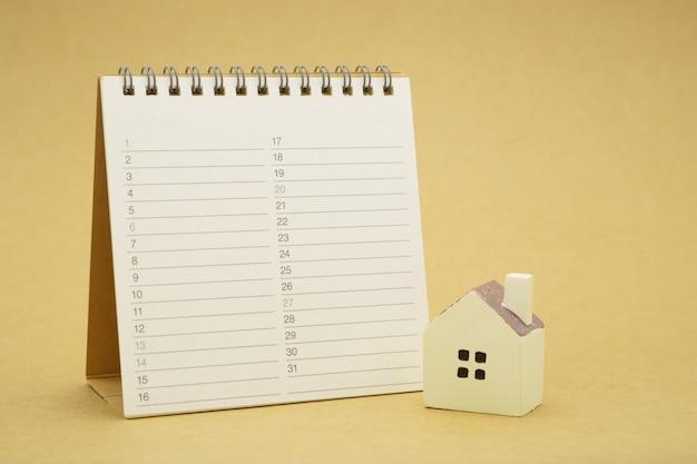 Modèles de maison et modèles d'équipement placés sur un classement de livres (liste). réparation et construction de maisons.