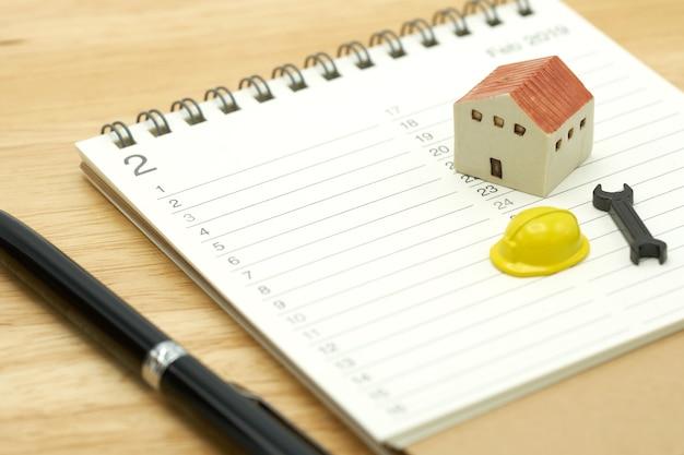 Modèles de maison et modèles d'équipement placés sur un classement de livres (liste).