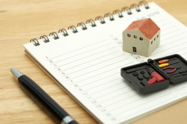 Modèles de maison et modèles d'équipement placés dans un classement de livre (liste).