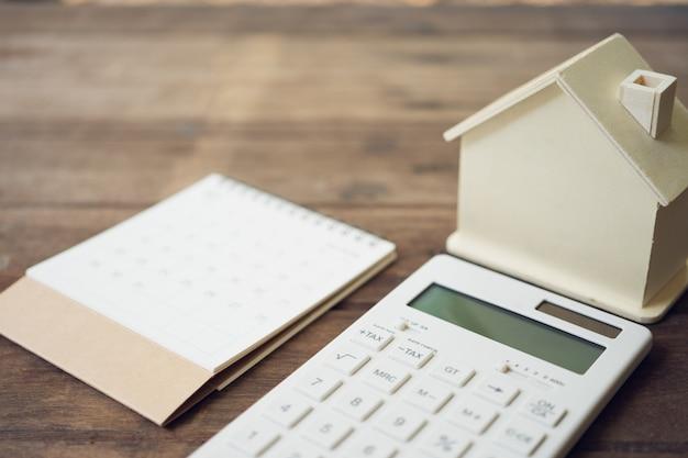 Modèles de maison et modèles d'équipement placés dans un classement de livre