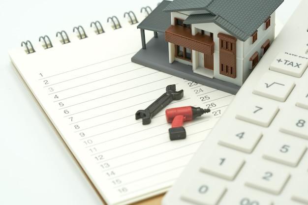 Modèles de maisons et modèles d'équipement placés sur un classement de livres