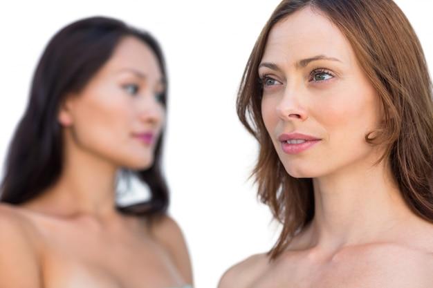 Modèles nus attrayants posant en détournant les yeux