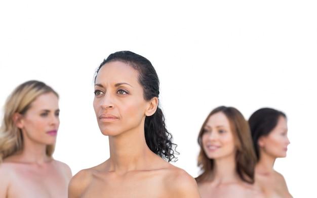 Modèles nus pensifs posant en détournant les yeux