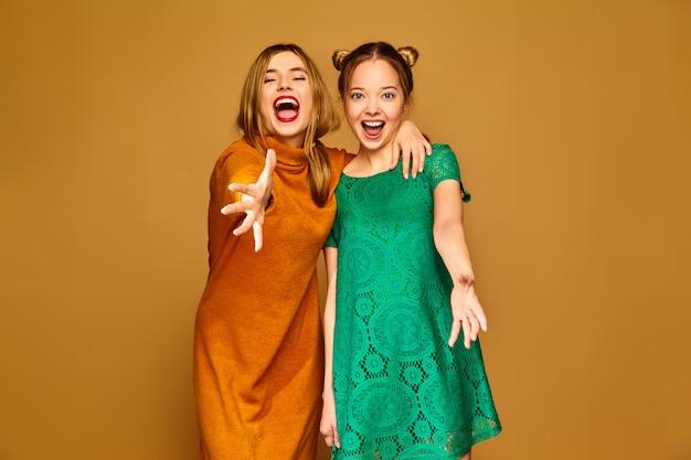 Modèles positifs posant avec leurs robes