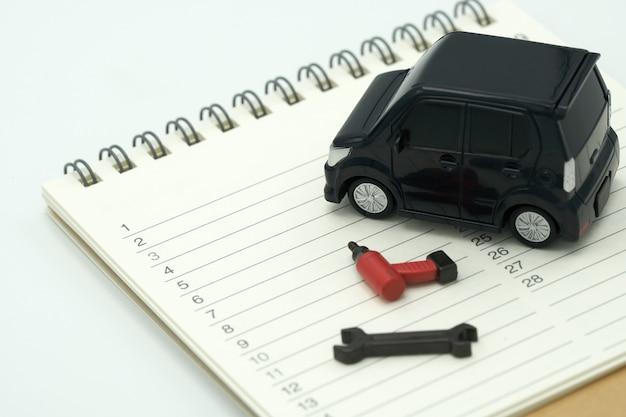 Modèles de voitures et modèles d'équipement placés sur un classement de livres (liste).