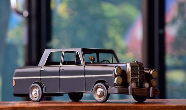 Les modèles de voitures sont des antiquités, et ces jours-ci sont exposés.