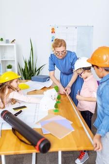 Modélisation de la ville intelligente. les élèves portant des casques se sentent intéressés lors de la modélisation de la ville intelligente pendant la leçon