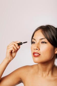Moden femme avec maquillage pour les yeux