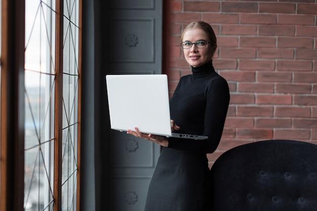Moder femme avec ordinateur portable