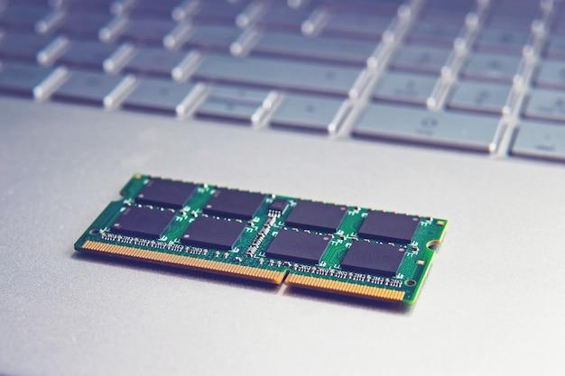 Module de carte mémoire ddr3 sodimm ram en gros plan pour ordinateur portable noir. module de carte mémoire ddr3 sodimm ram en gros plan pour ordinateur portable noir. mettre à niveau l'ultrabook