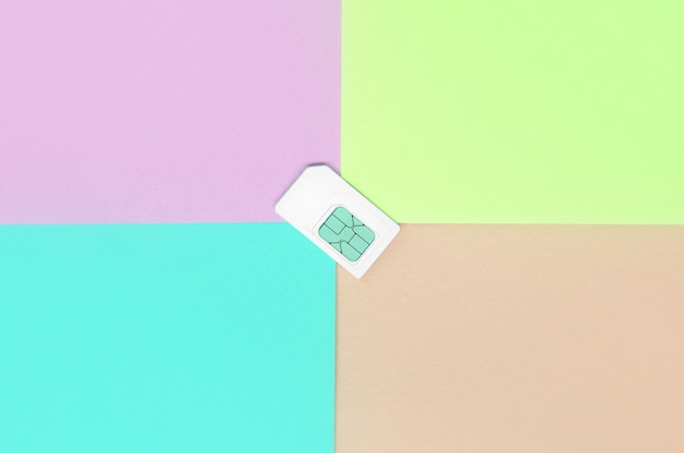 Module d'identité d'abonné. carte sim blanche sur pastel