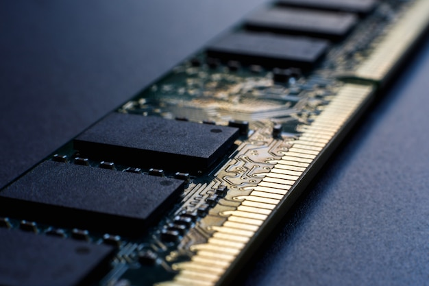 Module de mémoire à accès aléatoire sur fond sombre.