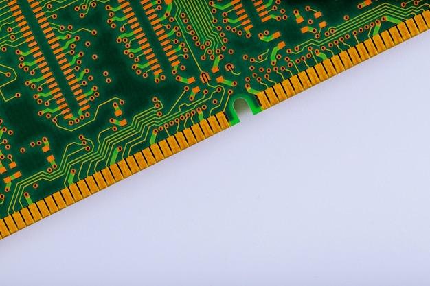 Modules de mémoire d'ordinateur isolés sur blanc