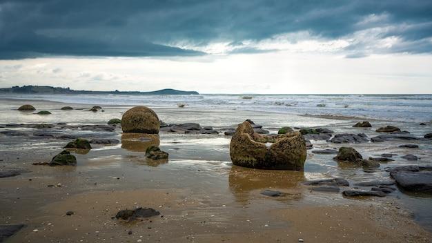 Moeraki boulders à otago coast, nouvelle-zélande